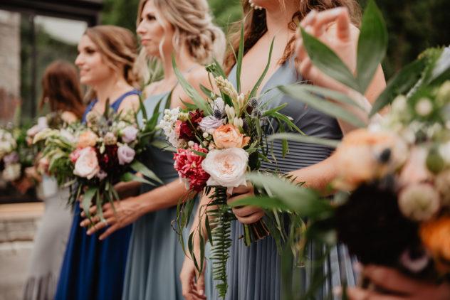 les demoiselles d'honneur coordonnent leur tenue et leur bouquet | des bulles et des étoiles wedding planner ile de france