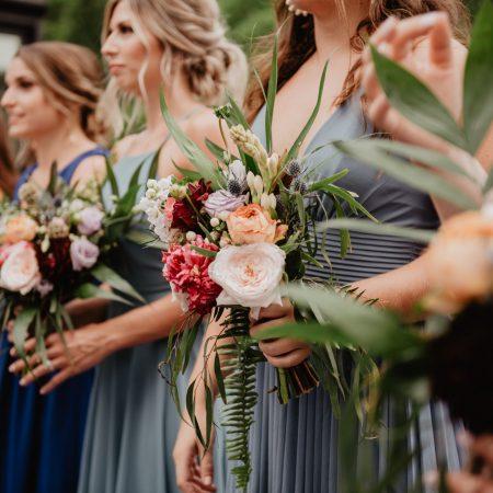 les demoiselles d'honneur coordonnent leur tenue et leur bouquet   des bulles et des étoiles wedding planner ile de france