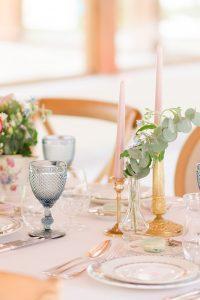 la table de reception dans les couleurs pastel pour une soirée romantique | des bulles et des étoiles wedding planner ile de france
